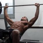 ベンチプレスで胸の運動ジムで若い男